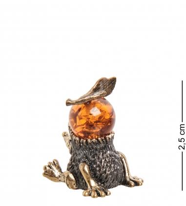 AM- 278 Фигурка «Еж с яблоком»  латунь, янтарь