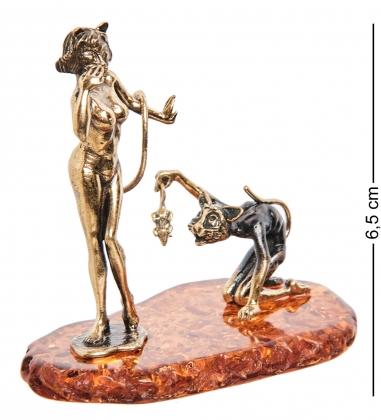 AM- 382 Фигурка  Кошечка с котом   латунь, янтарь