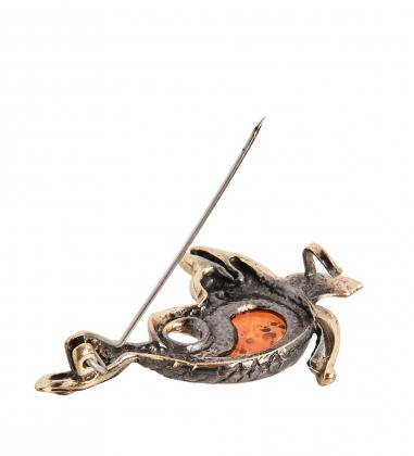 AM- 895 Брошь  Дельфинчик   латунь, янтарь