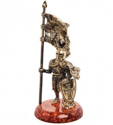 AM-1270 Фигурка  Рыцарь знаменосец   латунь, янтарь