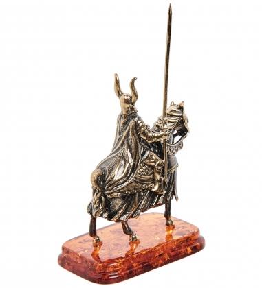 AM-1275 Фигурка  Рыцарь на коне с копьем   латунь, янтарь