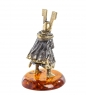 AM-1278 Фигурка  Рыцарь с мечом   латунь, янтарь