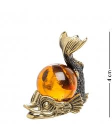 AM-1389 Фигурка «Карп с шаром»  латунь, янтарь