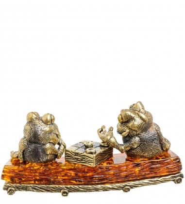 AM-1394 Фигурка Лягушки на пне  латунь, янтарь
