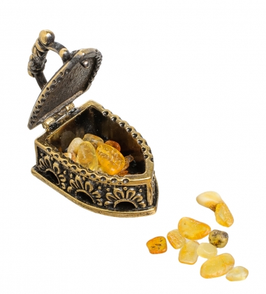 AM-1482 Фигурка  Утюг с галечкой   латунь, янтарь
