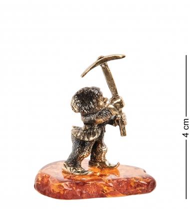 AM-1513 Фигурка  Гном с киркой  мал.  латунь, янтарь