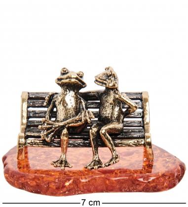 AM-1821 Фигурка  Лягушки на скамейке   латунь, янтарь