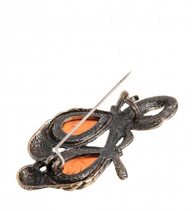 AM-2106 Брошь  Попугайчики неразлучники   латунь, янтарь