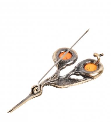 AM-2372 Брошь  Ножницы журавль   латунь, янтарь