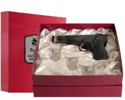 Набор штоф Пистолет 3 рюмки Герб к/к красный Накладка Настоящий мужчина