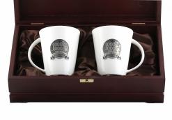 Набор из двух чашек с накладкой 1000000 рублей    в деревянном футляре